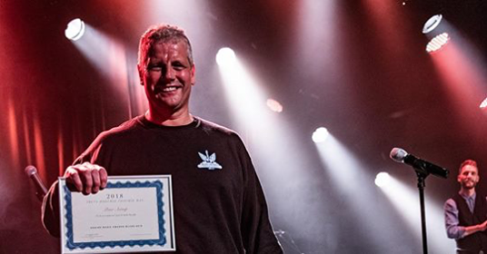 image of Peter Astrup winning the prestigious new award for Hoochie Coochie Man of the Year 2018 at the Danish Blues Music Awards