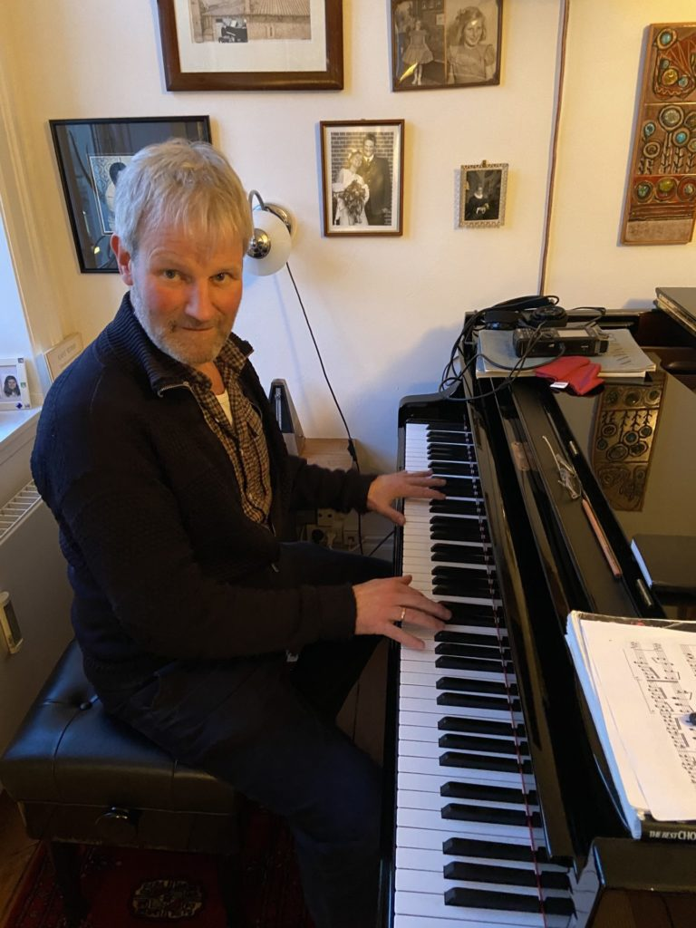 image of esben just piano player